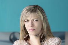 Άρρωστη γυναίκα, γυναίκα γρίπης Πιασμένο κρύο Νέα όμορφη γυναίκα με έναν πόνο λαιμού Στοκ Φωτογραφία
