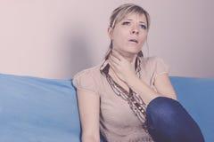 Άρρωστη γυναίκα, γυναίκα γρίπης Πιασμένο κρύο Νέα όμορφη γυναίκα με έναν πόνο λαιμού Στοκ φωτογραφία με δικαίωμα ελεύθερης χρήσης