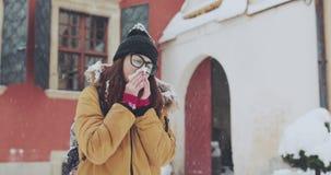 Άρρωστη γυναίκα με τα γυαλιά που φυσούν τη μύτη της στον ιστό υπαίθρια Νέα αποκτημένη γυναίκα αλλεργία μύτης φιλμ μικρού μήκους