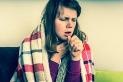 Άρρωστη γυναίκα με τη μόλυνση βήχα και γρίπης στοκ εικόνα