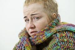 Άρρωστη γυναίκα με τη συνεδρίαση πονοκέφαλου κάτω από το κάλυμμα στοκ εικόνα με δικαίωμα ελεύθερης χρήσης