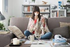 Άρρωστη γυναίκα με το κρύο και τη γρίπη