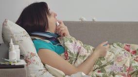 Άρρωστη γυναίκα που βρίσκεται στο κρεβάτι στο σπίτι, επώδυνος λαιμός απόθεμα βίντεο