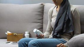 Άρρωστη γυναίκα που εξετάζει τα χάπια με την απογοήτευση, αθεράπευτη ασθένεια, χημειοθεραπεία απόθεμα βίντεο