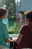 Άρρωστη γυναίκα που μιλά με ευγενικά τη νοσοκόμα Στοκ φωτογραφίες με δικαίωμα ελεύθερης χρήσης