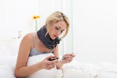 Άρρωστη γυναίκα που παίρνει μια δόση της ιατρικής Στοκ εικόνα με δικαίωμα ελεύθερης χρήσης
