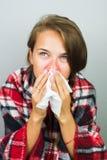 Άρρωστη γυναίκα που σκουπίζει μια μύτη στοκ φωτογραφίες με δικαίωμα ελεύθερης χρήσης