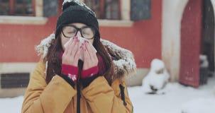Άρρωστη γυναίκα που φυσά τη μύτη της στον ιστό υπαίθρια Νέο θηλυκό που έχει τα συμπτώματα κρύου ή γρίπης Χειμερινός κρύος καιρός φιλμ μικρού μήκους