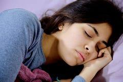 Άρρωστη γυναίκα στον ύπνο κρεβατιών που αισθάνεται την κακή κινηματογράφηση σε πρώτο πλάνο Στοκ Εικόνες