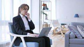 Άρρωστη δημιουργική γυναίκα που βήχει στην εργασία στην αρχή, βήχας στοκ φωτογραφίες με δικαίωμα ελεύθερης χρήσης