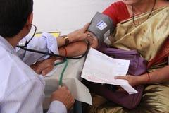 Άρρωστη ηλικιωμένη ινδική γυναίκα Στοκ Φωτογραφία