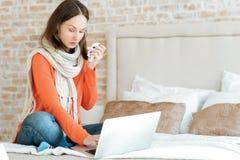 Άρρωστη νέα γυναίκα που πάσχει από τη γρίπη στο σπίτι Στοκ εικόνα με δικαίωμα ελεύθερης χρήσης