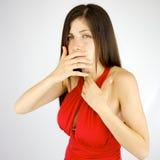 Άρρωστη νέα κυρία που αισθάνεται το ανεπαρκές βήξιμο στοκ εικόνες με δικαίωμα ελεύθερης χρήσης