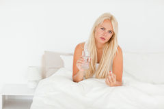 άρρωστη παίρνοντας γυναίκ&alp Στοκ Φωτογραφία