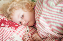 Άρρωστη φροντίζοντας μητέρα παιδιών κοριτσιών στοκ εικόνες