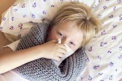 Άρρωστη φυσώντας μύτη αγοριών Στοκ Φωτογραφία