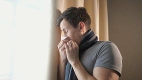 Άρρωστη φυσώντας μύτη ατόμων κοντά στο παράθυρο απόθεμα βίντεο