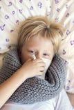 Άρρωστη φυσώντας μύτη παιδιών Στοκ εικόνα με δικαίωμα ελεύθερης χρήσης