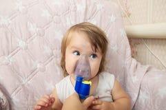 Άρρωστη nebulizer χρήσης κοριτσάκι μάσκα για την εισπνοή, αναπνευστική διαδικασία από την πνευμονία ή βήχας για το παιδί στοκ φωτογραφία