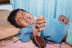 Άρρωστοι αγοριών και να φωνάξει στο υπομονετικό κρεβάτι Στοκ Εικόνες