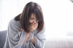 Άρρωστοι και βήχας γυναικών στοκ φωτογραφία με δικαίωμα ελεύθερης χρήσης