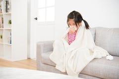 Άρρωστοι μικρών κοριτσιών που φυσούν τη μύτη της με τον ιστό Στοκ φωτογραφία με δικαίωμα ελεύθερης χρήσης