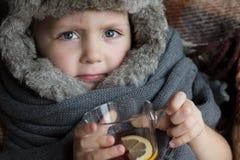 άρρωστοι πορτρέτου παιδιών όμορφο πορτρέτο κοριτσιών φορεμάτων έννοιας που φορά τον άσπρο χειμώνα Στοκ Φωτογραφία