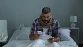 Άρρωστος άνδρας που κουβεντιάζει με το γιατρό στην εφαρμογή ανοικτής γραμμής, που συμβουλεύεται για τα φάρμακα απόθεμα βίντεο