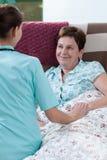 Άρρωστος ασθενής που βρίσκεται στο κρεβάτι Στοκ Εικόνες