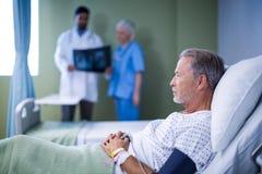 Άρρωστος ασθενής που βρίσκεται στο κρεβάτι στοκ εικόνα