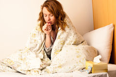 Άρρωστος βήχας γυναικών στο κρεβάτι στοκ εικόνες με δικαίωμα ελεύθερης χρήσης