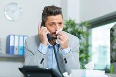 Άρρωστος εργαζόμενος γραφείων που απαντά στην κλήση στοκ φωτογραφία με δικαίωμα ελεύθερης χρήσης
