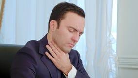 Άρρωστος νέος επιχειρηματίας που βήχει και που φυσά τη μύτη του στην αρχή απόθεμα βίντεο
