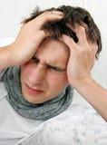 Άρρωστος νεαρός άνδρας με τον πονοκέφαλο Στοκ Φωτογραφία