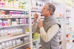 Άρρωστος πελάτης που κρατά έναν ιστό Στοκ εικόνα με δικαίωμα ελεύθερης χρήσης