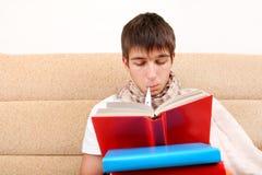 Άρρωστος σπουδαστής με βιβλία Στοκ φωτογραφία με δικαίωμα ελεύθερης χρήσης