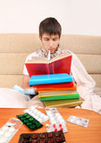 Άρρωστος σπουδαστής με βιβλία Στοκ Φωτογραφία
