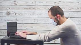 Άρρωστος φορητός προσωπικός υπολογιστής χρήσης επιχειρηματιών με την εργασία θερμοκρασίας και πονοκέφαλου στην αρχή Άτομο που φορ φιλμ μικρού μήκους