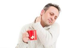 Άρρωστο άτομο που αρπάζει το πίσω μέρος του λαιμού Στοκ Εικόνες