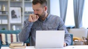 Άρρωστο άτομο που βήχει στην εργασία, βήχας στοκ εικόνες με δικαίωμα ελεύθερης χρήσης