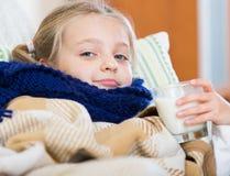 Άρρωστο βάσανο μικρών κοριτσιών κρύου και να βρεθεί στο κρεβάτι Στοκ εικόνες με δικαίωμα ελεύθερης χρήσης