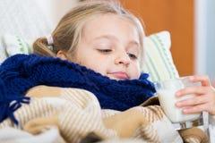 Άρρωστο βάσανο μικρών κοριτσιών κρύου και να βρεθεί στο κρεβάτι Στοκ φωτογραφίες με δικαίωμα ελεύθερης χρήσης
