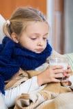 Άρρωστο βάσανο μικρών κοριτσιών κρύου και να βρεθεί στο κρεβάτι Στοκ Εικόνες