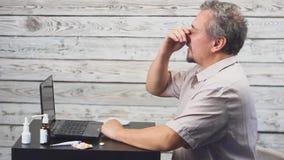 Άρρωστο βήξιμο ατόμων γενειάδων, που κάθεται στον εργασιακό χώρο με τον υπολογιστή απόθεμα βίντεο