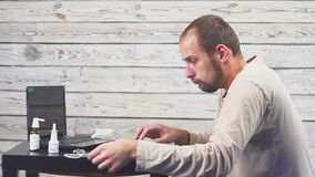 Άρρωστο βήξιμο ατόμων γενειάδων, που κάθεται στον εργασιακό χώρο με τον υπολογιστή φιλμ μικρού μήκους