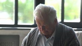 Άρρωστο ηλικιωμένο άτομο που βήχει χωρίς τέλος είχε ένα κρύο και τις ψύχρες απόθεμα βίντεο