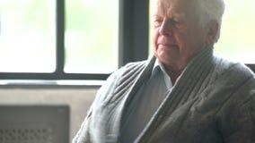 Άρρωστο ηλικιωμένο άτομο που βήχει χωρίς τέλος είχε ένα κρύο και τις ψύχρες φιλμ μικρού μήκους