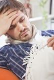 άρρωστο θερμόμετρο ατόμων στοκ φωτογραφία