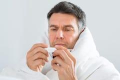 άρρωστο θερμόμετρο ατόμων Στοκ Εικόνα