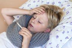 άρρωστο θερμόμετρο παιδιώ Στοκ Φωτογραφίες